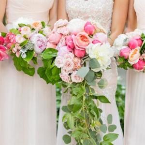 Каскаден булчински букет от рози и божури